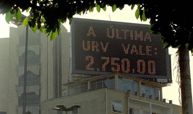 <strong> Painel mostra o valor da URV</strong> no dia; cotação diária era estabelecida pelo Banco Central em paridade com o dólar