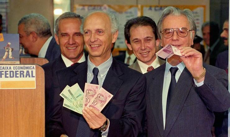 <strong> Rubens Ricupero, ministro da Fazenda, </strong> e o presidente Itamar Franco lançam a nova moeda, o real, a oitava moeda brasileira em circulação no século 20