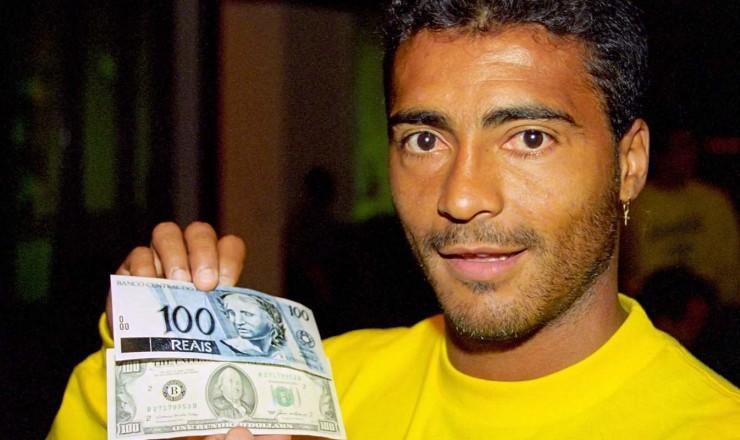 <strong> O jogador Romário compara </strong> as cédulas de R$ 100 e US$ 100; no lançamento da nova moeda, a seleção brasileira de futebol disputava a Copa do Mundo nos Estados Unidos