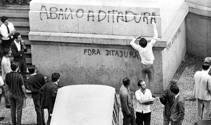 <strong> Jovem picha </strong> a fachada do Teatro Municipal do Rio durante a passeata de 26 de junho de 1968