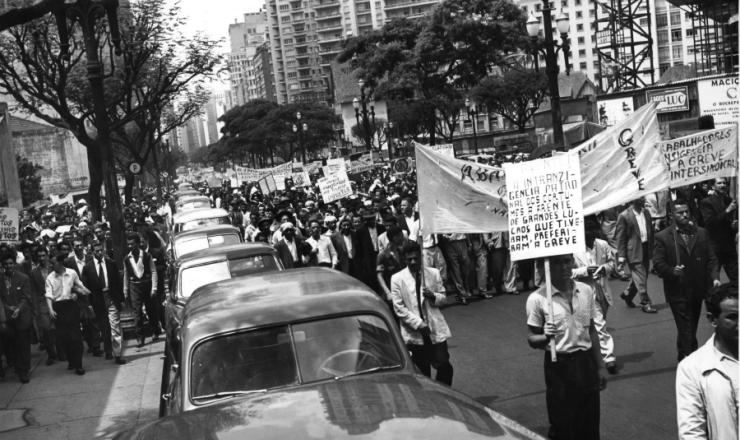 <strong> Grevistas fazem passeata </strong> na avenida Ipiranga, região central de São Paulo, em outubro de 1957
