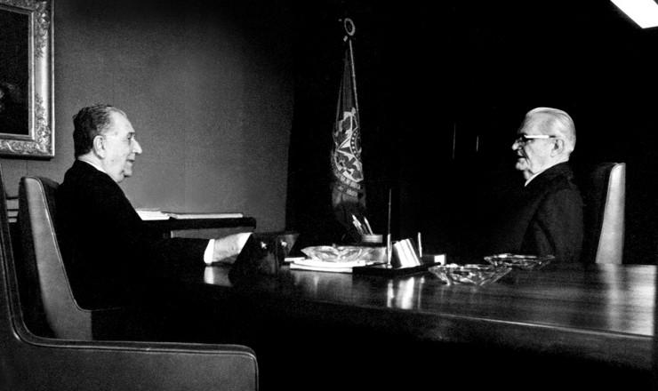 <strong> Os generais M&eacute;dici e Geisel,</strong> presidente e seu sucessor escolhido, em 1973&nbsp;