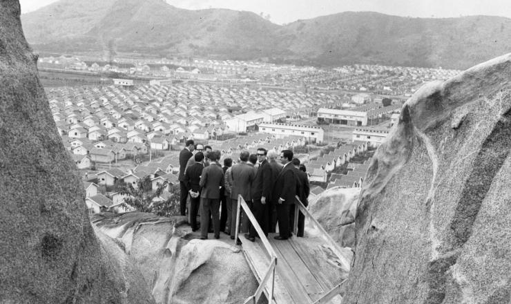 <strong> Do alto, autoridades observam </strong> a Vila Kennedy, construída com recursos do governo dos EUA, em setembro de 1966