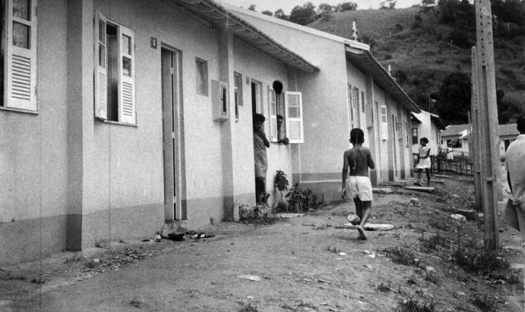 <strong> Garoto caminha por ruas da Vila Kennedy</strong> , construída com recursos da Aliança para o Progresso, em janeiro de 1966