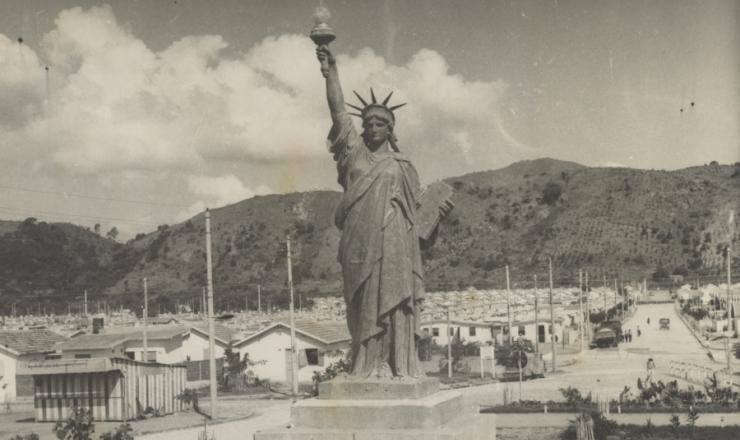 <strong> Réplica da Estátua da Liberdade</strong> na Vila Kennedy, no Rio de Janeiro, construída com recursos da Aliança para o Progresso