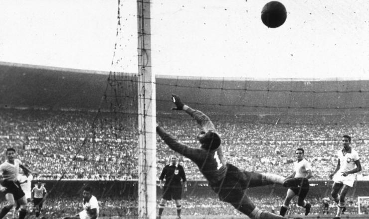 <strong> O uruguaio Schiaffino empata </strong> a partida aos 21 minutos do segundo tempo, resultado que ainda daria o t&iacute;tulo ao Brasil