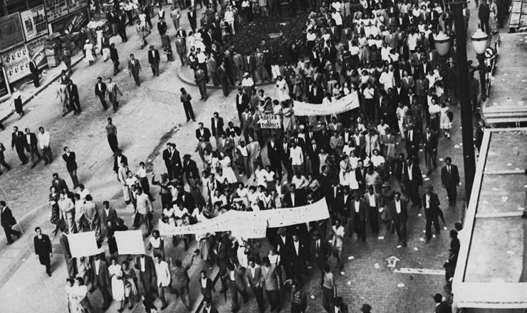 <strong> Trabalhadores promovem manifestação </strong> na avenida São João (São Paulo) durante aquela que ficaria conhecida como Greve dos 300 mil, em 1953