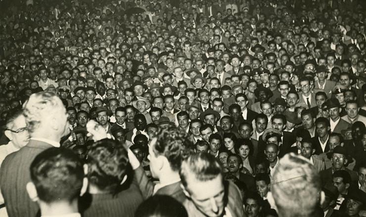 <strong> O candidato à Presidência da República</strong> em 1955 pelo Partido Democrata Cristão (PDC), com apoio da UDN, general Juarez Távora, discursa em comício na cidade de São Paulo