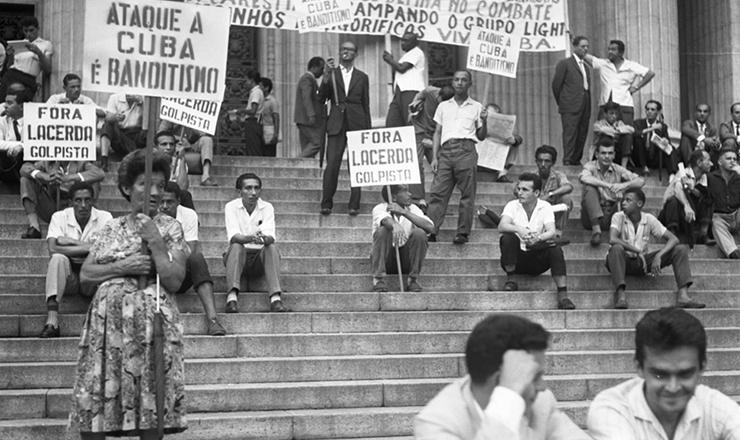 <strong> Manifestantes seguram </strong> faixas e cartazes em frente ao Teatro Municipal do Rio contra a posição do Brasil na Conferência de Punta Del Este, em agosto de 1961