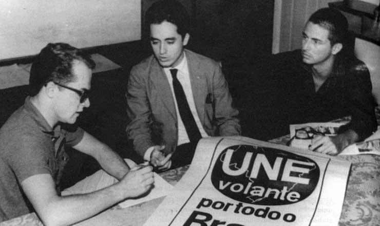 <strong> De terno, o presidente da UNE, Aldo Arantes, participa </strong> de reunião do projeto UNE Volante, na década de 1960