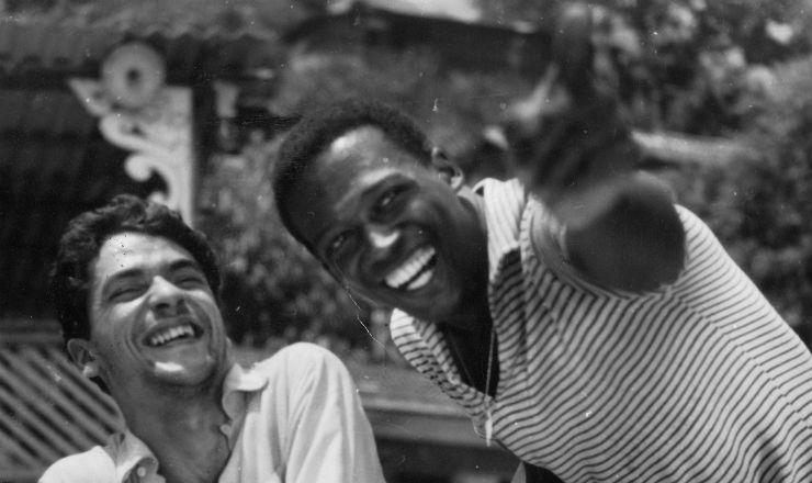 <strong> Vianinha e Jorge Coutinho contracenam&nbsp;</strong> em &quot;Escola de Samba Alegria de Viver&quot;, epis&oacute;dio dirigido por Cac&aacute; Diegues para o filme &quot;Cinco Vezes Favela&quot; (1962)