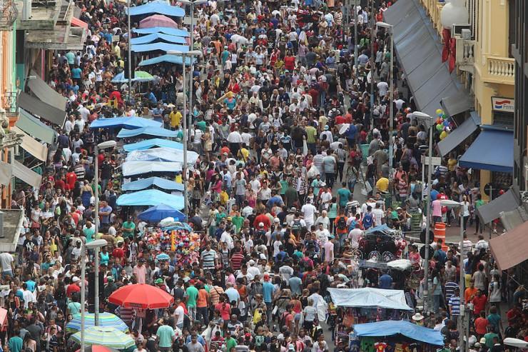 <strong> Movimento na rua 25 de Mar&ccedil;o</strong> , em S&atilde;o Paulo, um dos s&iacute;mbolos do com&eacute;rcio popular no pa&iacute;s