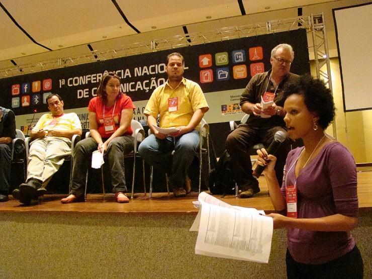<strong> Juliana Nunes, do movimento negro do DF, discursa&nbsp;</strong> na plen&aacute;ria da sociedade civil na Confecom em&nbsp;Bras&iacute;lia, 2009
