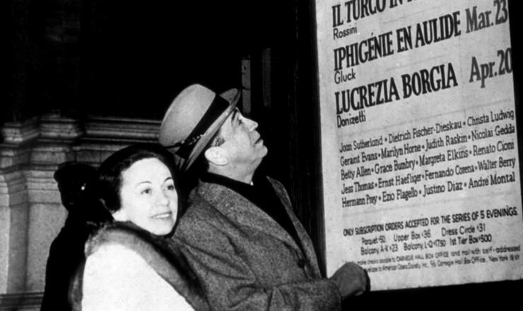 <strong> Sarah e Juscelino Kubitschek,</strong> no exílio, observam cartaz de óperas do Carnegie Hall, em Nova York, em março de 1965