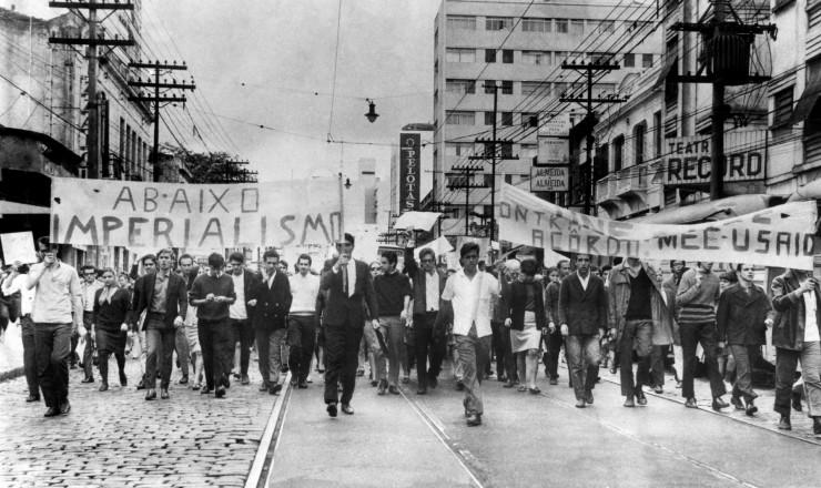 <strong> Estudantes em passeata</strong> em São Paulo contra os acordos MEC-Usaid, que permaneceram por dois anos em segredo