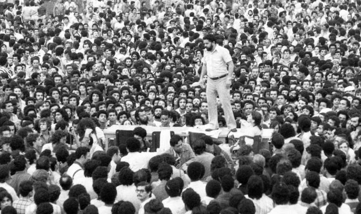 <strong> Lula discursa a metal&uacute;rgicos</strong> de cima de uma mesa no est&aacute;dio de Vila Euclides, em S&atilde;o Bernardo do Campo, em assembleia que decidiu pelo in&iacute;cio da greve  &nbsp;