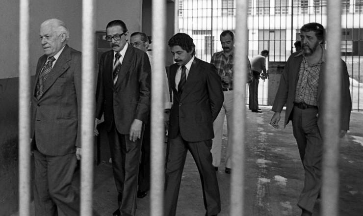 <strong> Teot&ocirc;nio Vilela</strong> (ao centro), Luiz Viana Filho (&agrave; esq.) e Marcello Cerqueira visitam presos em greve de fome na penitenci&aacute;ria Lemos de Brito, no Rio