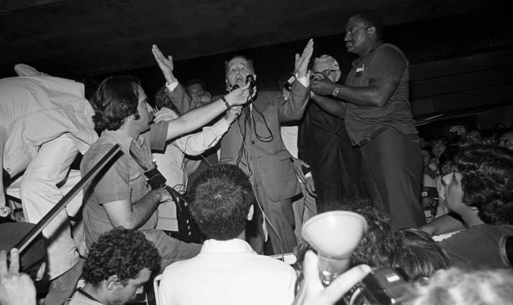 <strong> Lu&iacute;s Carlos Prestes</strong> fala aos jornalistas ao desembarcar no aeroporto do Gale&atilde;o, no Rio de Janeiro