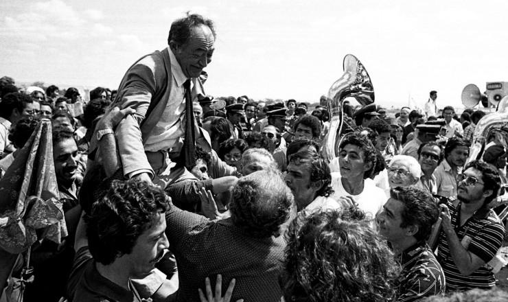 <strong> Miguel Arraes</strong> &eacute; recebido com festa no Crato (CE), sua cidade natal