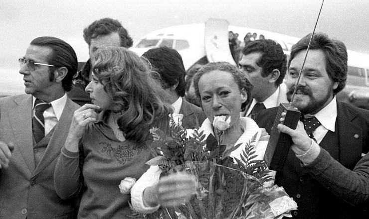 <strong> Fl&aacute;via Schilling</strong> &nbsp;recebe flores ao desembarcar em Porto Alegre