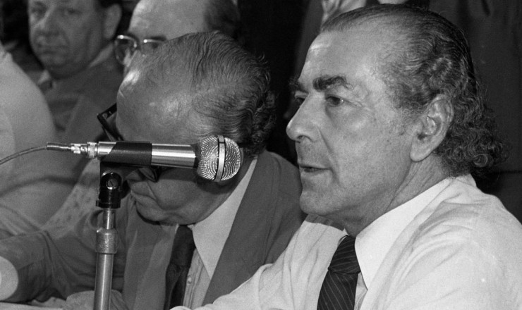 <strong> Leonel Brizola discursa</strong> na cerim&ocirc;nia de funda&ccedil;&atilde;o do PDT