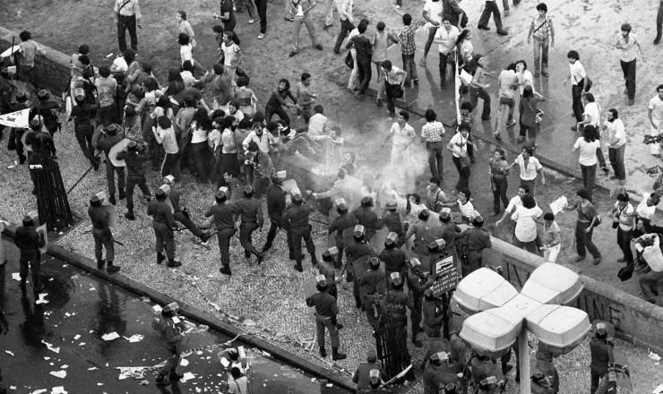 <strong> Pol&iacute;cia reprime</strong> protesto dos estudantes contra a demoli&ccedil;&atilde;o do pr&eacute;dio da UNE
