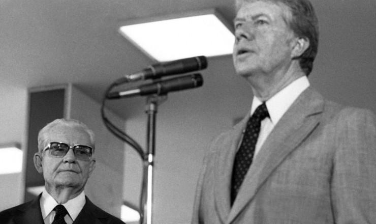 <strong> Jimmy Carter, </strong> ao lado do general presidente Ernesto Geisel, discursa durante visita ao Brasil