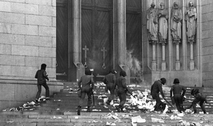 <strong> Policiais militares </strong> em a&ccedil;&atilde;o nas escadarias da Catedral da S&eacute;