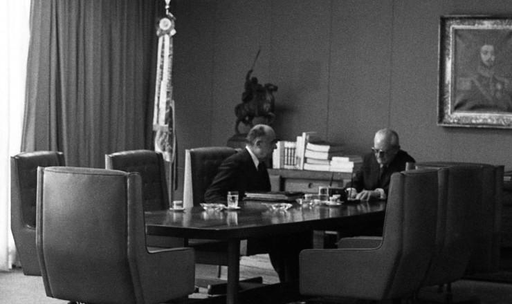 <strong> Ernesto Geisel </strong> se re&uacute;ne&nbsp;com Armando Falc&atilde;o, ministro da Justi&ccedil;a