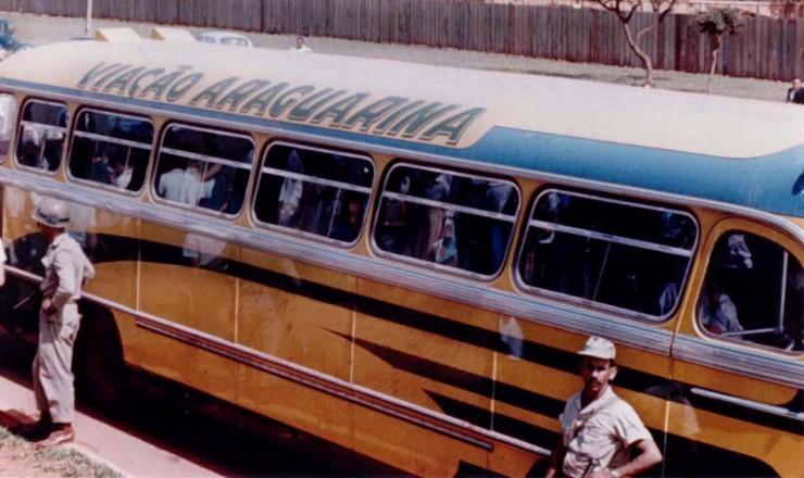 <strong> Policiais levam estudantes presos</strong> em ônibus durante invasão do campus da Universidade de Brasília