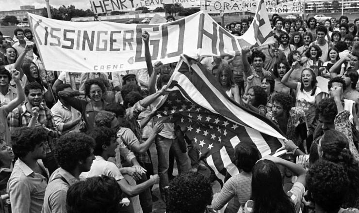 <strong> Manifesta&ccedil;&atilde;o de estudantes</strong> da UnB contra a visita de Henry Kissinger