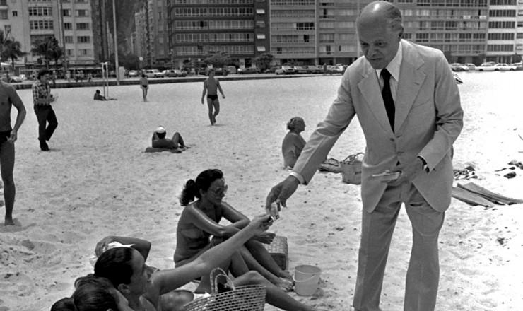 <strong> Nelson Carneiro</strong> distribui santinhos na praia de Copacabana em campanha para o Senado