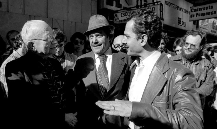 <strong> Paulo Brossard (centro) e Pedro Simon </strong> (à dir.) em campanha de rua em Porto Alegre