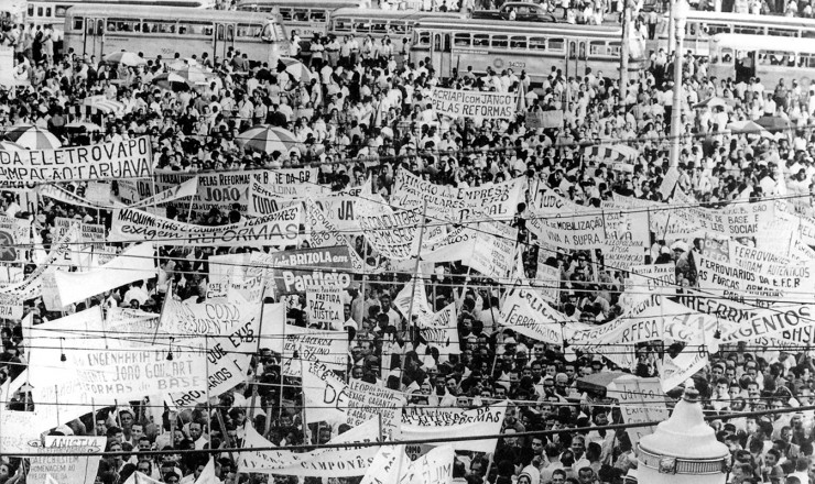 <strong> Faixas levadas </strong> por organiza&ccedil;&otilde;es de trabalhadores, camponeses e sargentos se destacam em meio aos manifestantes pelas Reformas de Base na regi&atilde;o da Central do Brasil