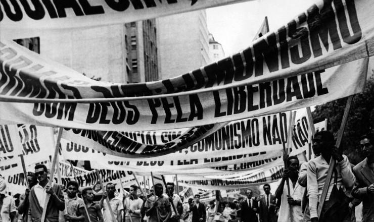 <strong> Na &ldquo;Marcha da Vit&oacute;ria&rdquo;,</strong> no Rio de Janeiro, manifestantes exibem faixas  &nbsp;