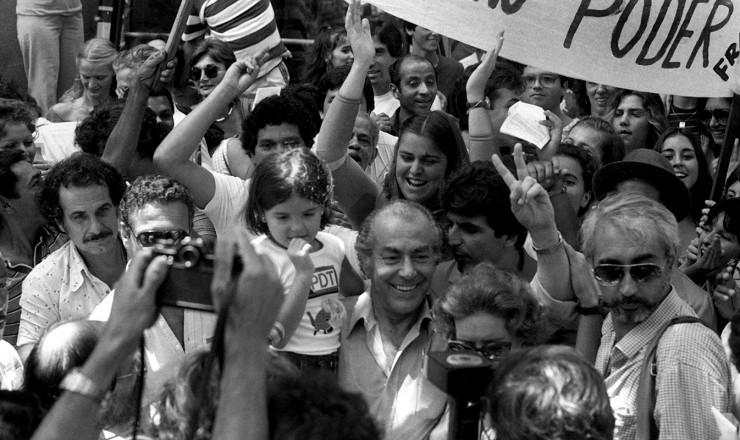 <strong> O pedetista Leonel Brizola,</strong> logo após votar, &eacute; cercado por correligion&aacute;rios