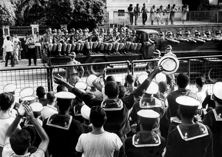 <strong> Marinheiros sa&uacute;dam soldados</strong> do Ex&eacute;rcito destacados para prend&ecirc;-los no Sindicato dos Metal&uacute;rgicos&nbsp;