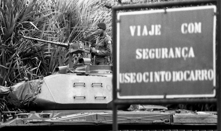 <strong> Blindadodo Exército</strong> na entrada da Refinaria Duque de Caxias, da Petrobrás, no Estado do Rio de Janeiro