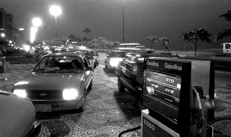 <strong> Carros fazem fila em posto de combustíveis </strong> para abastecer o tanque antes do aumento da gasolina de 60%, que entrou em vigor às vésperas do anúncio do Cruzado 2    <br />