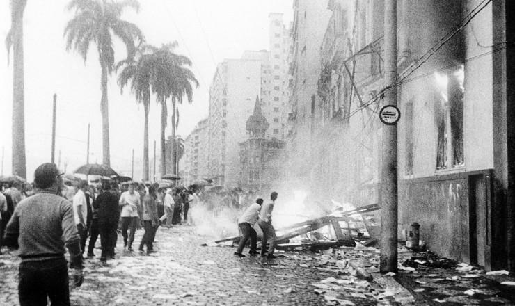 <strong> Depredação e incêndio</strong> do prédio da UNE no Flamengo, Rio de Janeiro, na madrugada de 1º de abril de 1964