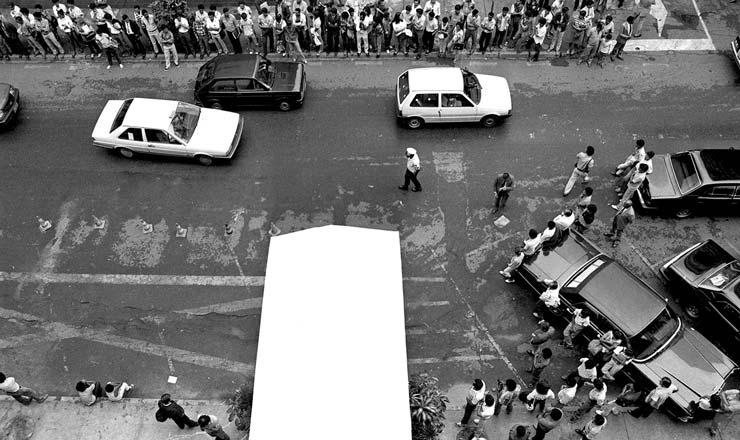 <strong> Populares aguardam a saída </strong> de Funaro do prédio da Confederação Nacional do Comércio em Brasília para protestar contra o Cruzado 2  <br />
