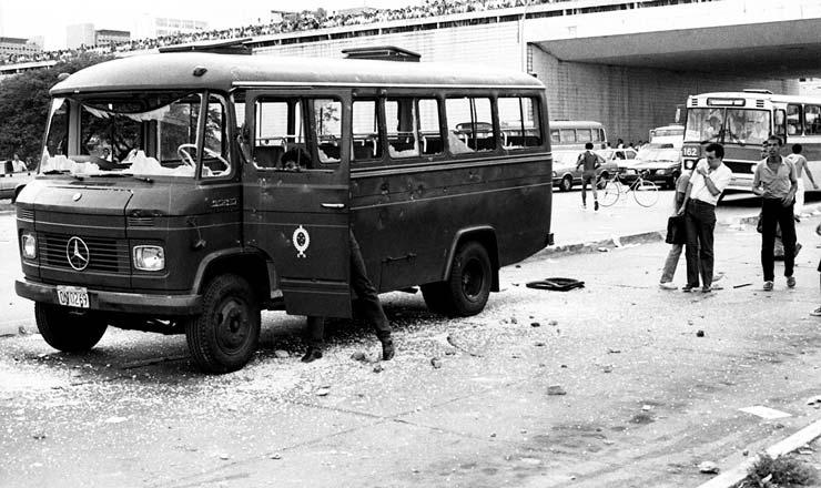 <strong> Ônibus militar depredado </strong> no protesto em Brasília; Exército atuou com forte aparato no isolamento ao Palácio do Planalto