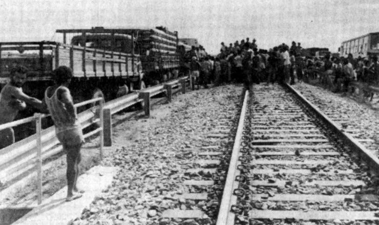 <strong> Garimpeiros bloqueiam rodovia e ferrovia</strong> em Marabá, em protesto contra as más condições de trabalho em Serra Pelada