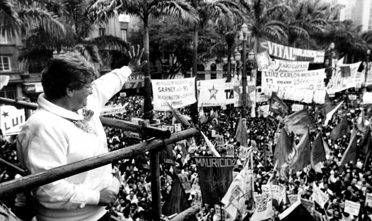 <strong> Luiza Erundina acena </strong> para apoiadores durante comício da sua campanha à Prefeitura de São Paulo