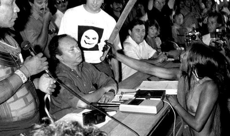<strong> A caiapó Tuíra aponta facão </strong> para o presidente da Eletronorte, Muniz Lopes, no momento em que ele defendia a construção da hidrelétrica de Cararaô