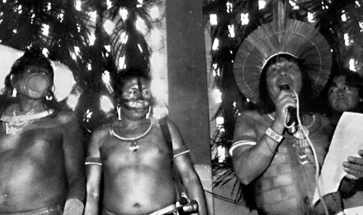 """<strong> Chefe caiapó lê a Carta de Altamira:</strong> """"Nossos territórios são o sítio sagrado do nosso povo, moradia do nosso criador, que não pode ser violado""""."""