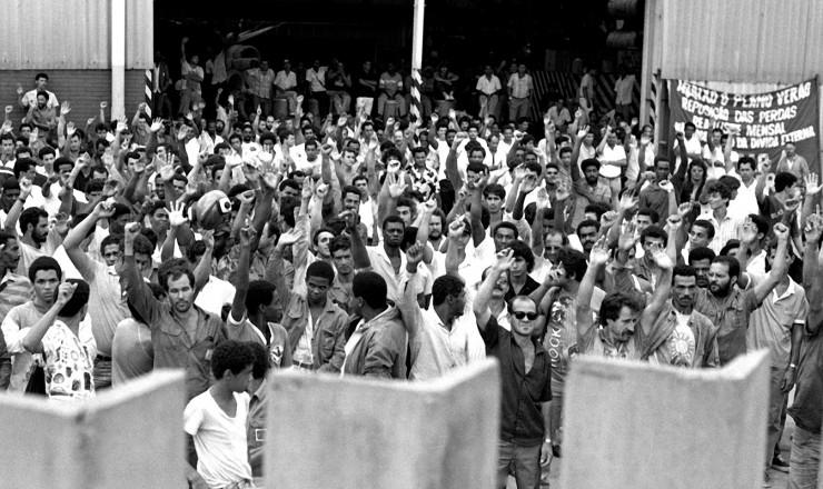 <strong> Metalúrgicos </strong> da Belgo-Mineira durante ocupação; por dois dias, grevistas cercaram os galpões ocupados com arames farpados e tonéis de óleo e ameaçaram queimar instalações caso a Polícia Militar entrasse