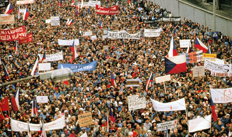 <strong> Manifestantes reunidos </strong> em uma das muitas manifestações ocorridas em Praga na Revolução de Veludo