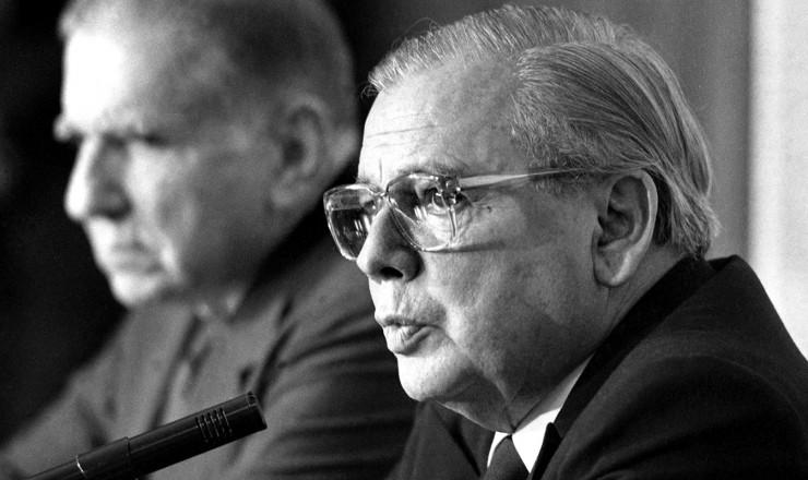 <strong> O ministro Abreu Sodré</strong> anuncia no Itamaraty o reatamento das relações diplomáticas entre Brasil e Cuba, rompidas desde o golpe de 1964