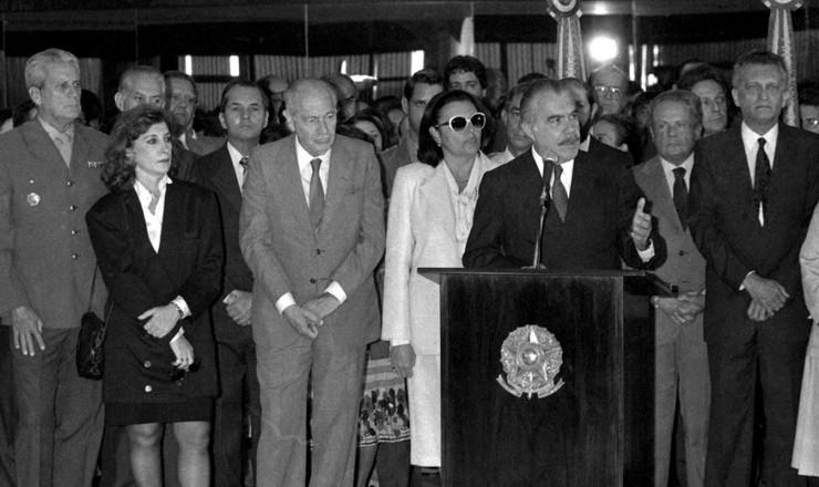 <strong> O presidente Sarney </strong> na cerimônia de promulgação da Lei 7.505, acompanhada por representantes da classe artística